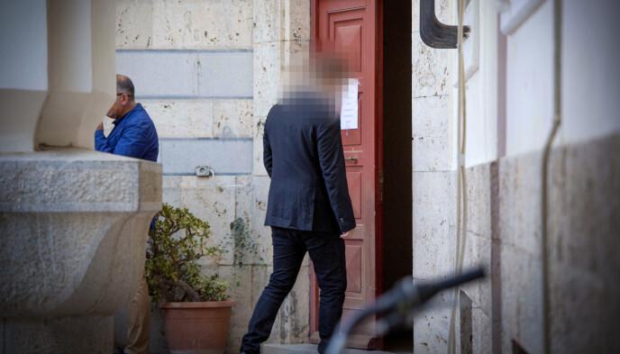 TILTALT: Den tiltalte mannen på vei inn i rettssalen på Kos. Foto Nina Hansen / Dagbladet
