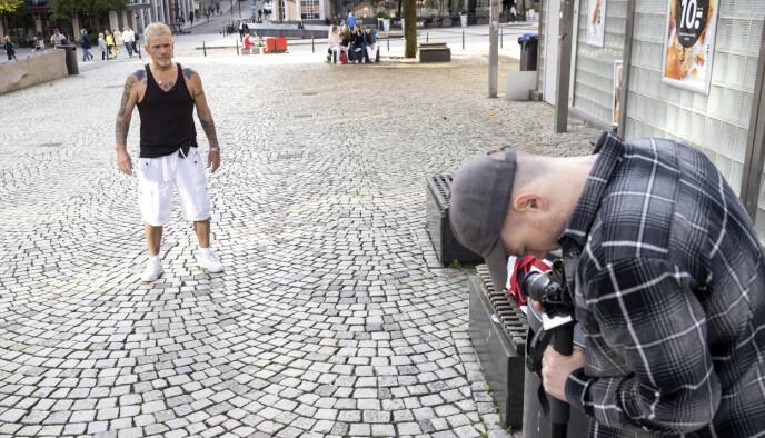 I AKSJON: Robert Michael Scott og sønnen Christopher i full sving på Torgalmenningen i Bergen. Foto: Andreas Fadum / Se og Hør