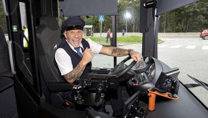 HJEMME IGJEN: Norsk-amerikanske Robert er tilbake i Bergen, der han og familien holder til. Da vi besøkte ham nylig, fikk han også sette seg i en buss igjen. Foto: Andreas Fadum / Se og Hør