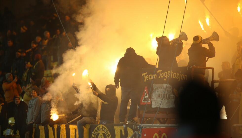 OMDISKUTERT: Foreløpig er pyro ulovlig på norske arenaer. Foto: Christoffer Andersen / NTB