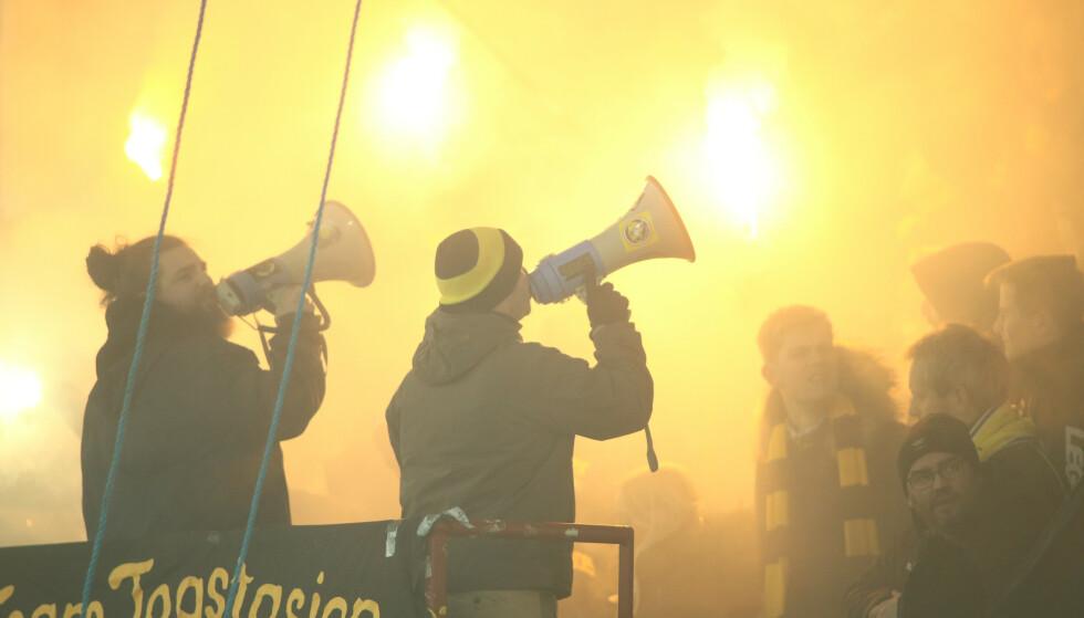 STEMNING: Kanari-fansen gir full gass på tribunen. Foto: Christoffer Andersen / NTB