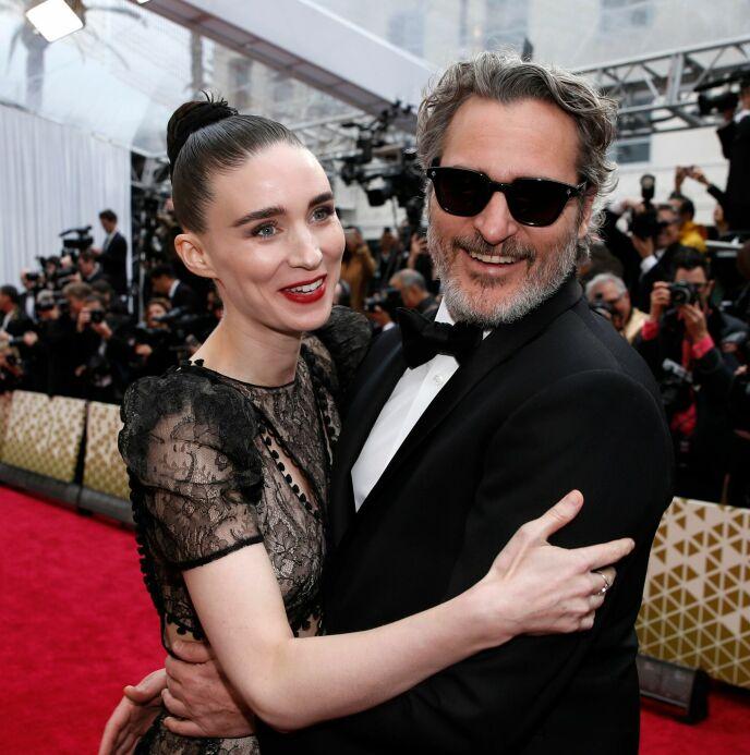 STJERNEPAR: Joaquin Phoenix og Rooney Mara på den røde Oscar-løperen i februar 2020. Foto: Mike Blake/ Reuters/ NTB