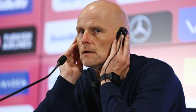 - MANGE TOK ANSVAR: Trener Ståle Solbakken lytter til oversettelsen under pressekonferansen. Foto: Annika Byrde / NTB