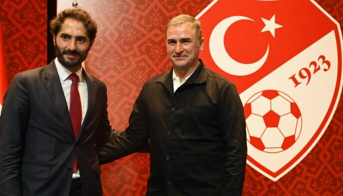 NY MANN: Hamit Altintop (t.v.) poserer sammen med Stefan Kuntz da tyskeren ble Tyrkias landslagstrener i september. Foto: NTB