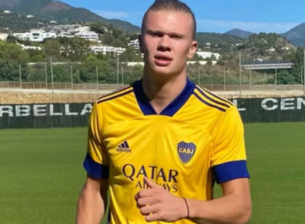 I SPANIA: Erling Braut Haaland trener i Marbella med drakta til Boca Juniors. Laget har Qatar Airways som hovedsponsor. Foto: Erling Braut Haaland / Instagram