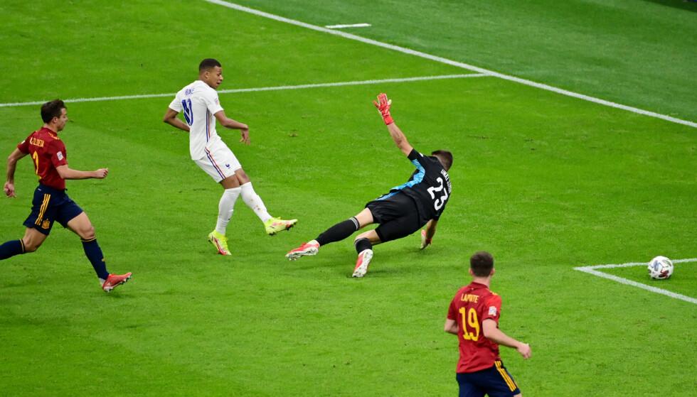 AVGJØRELSEN: Kylian Mbappé setter inn vinnermålet. Foto: REUTERS/Miguel Medina/NTB