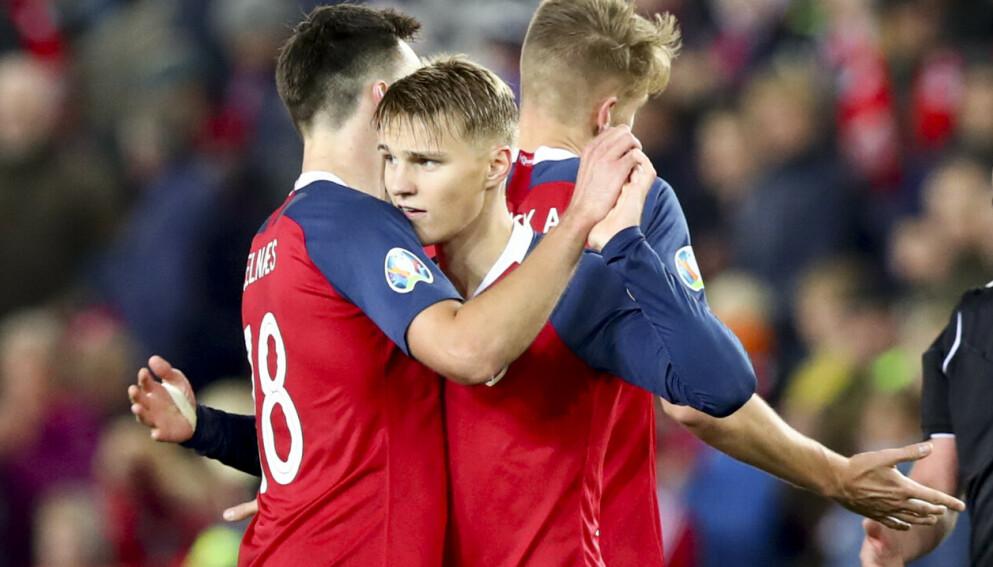 12. OKTOBER 2019: Ole Selnæs og Martin Ødegaard gratulerer hverandre etter EM-kvalifiseringskampen mellom Norge og Spania. Foto: Tore Meek / NTB
