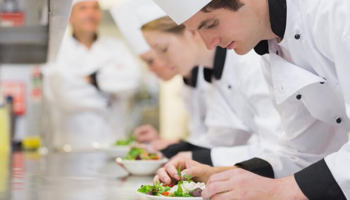SLIPP UNGE KOKKER TIL: Hele 44,4 prosent av sykehjemsbeboerne er underernærte, eller i ferd med å bli det. Gi flere unge kokker lærlingplasser og hele og faste stillinger på gode kommunale kjøkken, foreslår innsenderne. Foto: Shutterstock/NTB