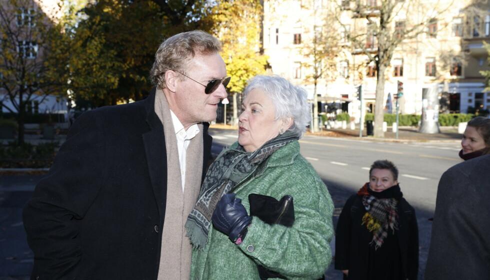 TALTE: Ellen Horn var blant dem som holdt tale i kirken. Her sammen med skuespiller Sven Nordin på vei inn. Foto: Andreas Fadum/Se og Hør
