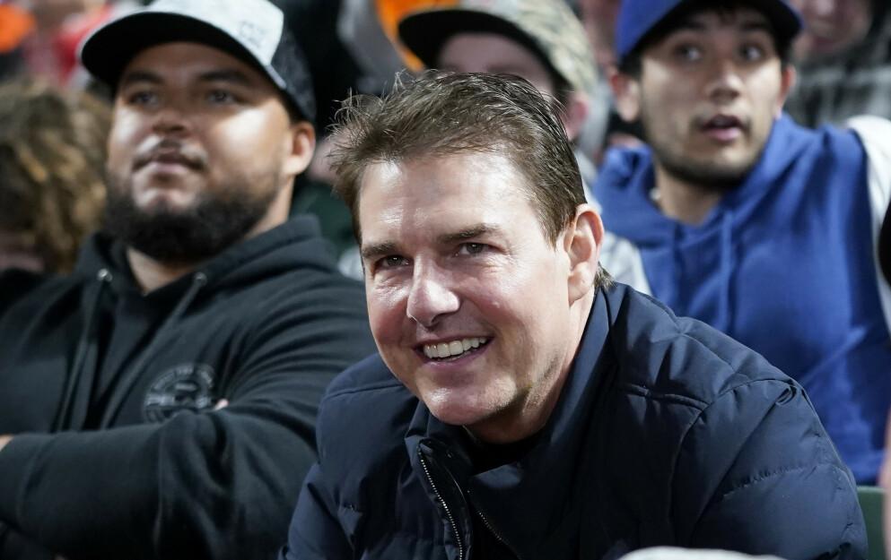 FAR OG SØNN: Tom Cruise og sønnen Connor (bak til venstre) avbildet på baseballkamp sammen i San Francisco i helga. Foto: Jeff Chiu/ AP/ NTB