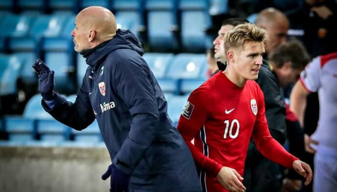 DIRIGERER: Ståle Solbakken tok av Martin Ødegaard ni minutter før slutt. Foto: Bjørn Langsem