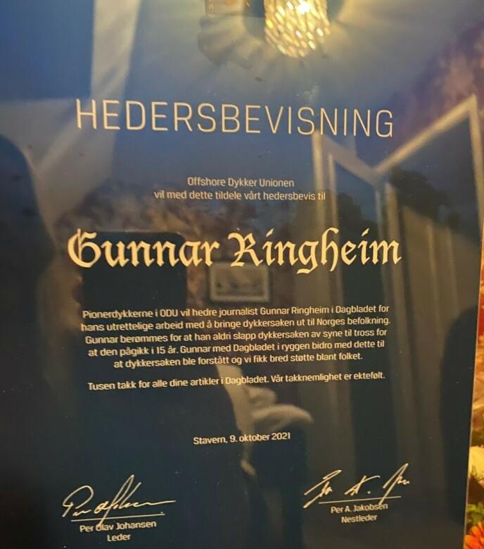 HEDERSPRIS: Pionerdykkerne hedrer Dagblad-journalist Gunnar Ringheim. Foto: Privat