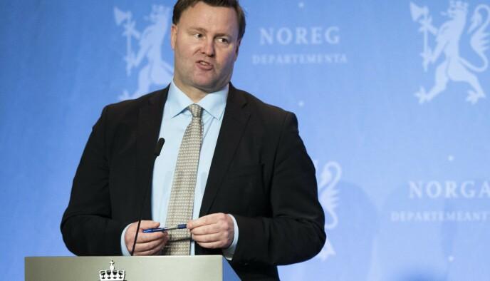 FORKLAREREN: Slik har vi sett ham, Espen Rostrup Nakstad, på den ene pressekonferansen etter den andre det siste halvannet året. Foto: NTB