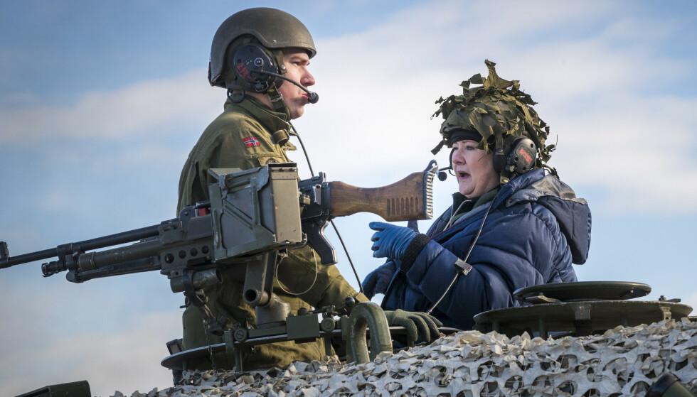 EU, NATO og NORDEN: Skal EU opprette et eget forsvar, og skal de nordiske landene bygge ut et felles forsvarssamarbeid? I så fall virker det som NATO allerede har lagt en strategi som skal motvirke slike ideer, skriver innsenderen. Her prøver Erna Solberg (H) en Leopard 2 stridsvogn i 2018. Foto: Heiko Junge / NTB