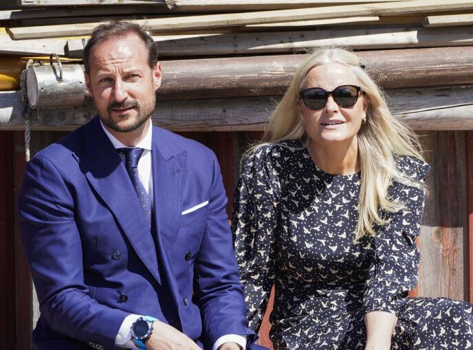 SAMME KLOKKE: Kronprinsen har blitt observert med tilsynelatende samme klokke ved flere anledninger. Her sammen med kronprinsesse Mette-Marit i juni. Foto: Lise Åserud / NTB