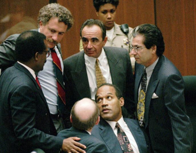 VANT RETTSSAKEN: O.J. Simpson nederst sammen med blant andre Robert Kardashian (til høyre). Foto: Sam Mircovich/AP/NTB