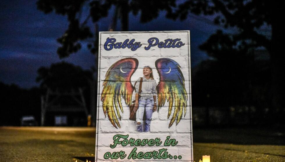 MINNE: Det ble satt opp et minnemerke av Gabby Petito i hjembyen Blue Point i New York noen dager etter at hun ble funnet død. Foto: Stephanie Keith/Getty/AFP/NTB.