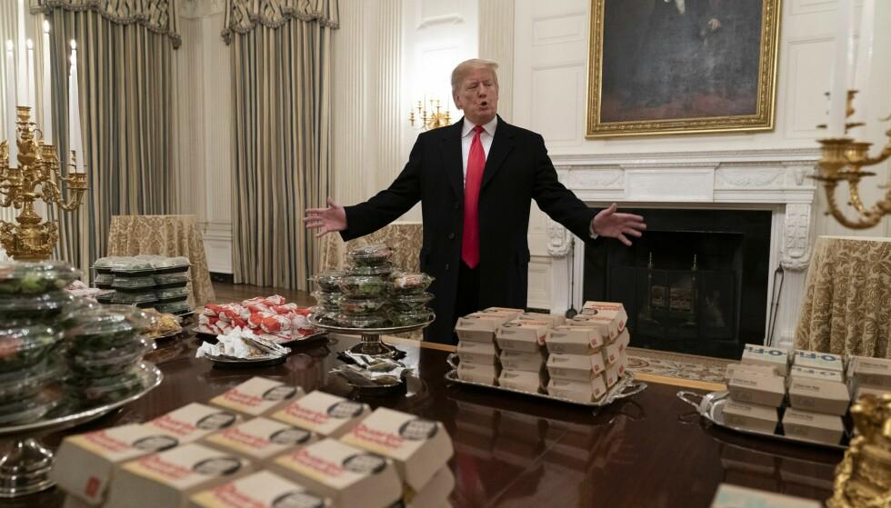 BON APPÉTIT: I 2018 fylte Trump Det hvite hus med McDonald's-burgere, som han serverte medlemmer av fotballaget The Clamson Tigers. Nå skal Trump ha tatt av Washington-kiloene. Foto: Chris Kleponis / UPI / Shutterstock