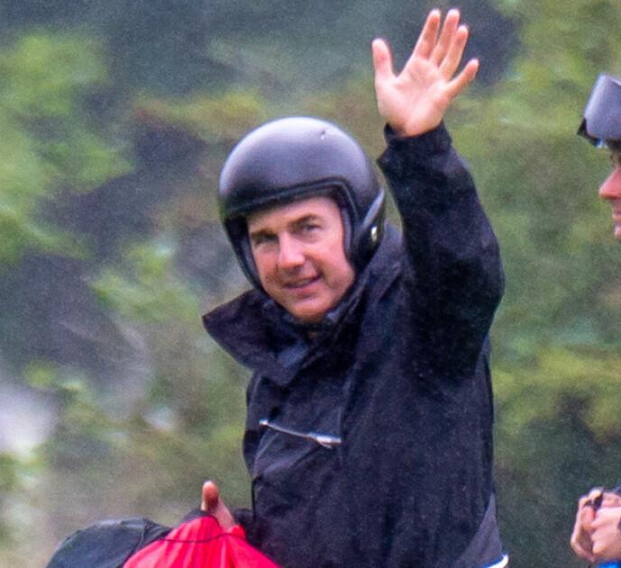 PÅ JOBB: Tom Cruise avbildet under innspillingen av «Mission: Impossible 7» i England sist uke. Foto: Splash News/ NTB