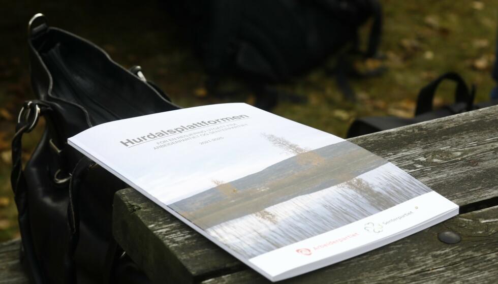 HURDALSPLATTFORMEN: Den 80 sider lange regjeringsplattformen har fått navn etter stedet den er forhandlet fram. FOTO: Bjørn Langsem / Dagbladet