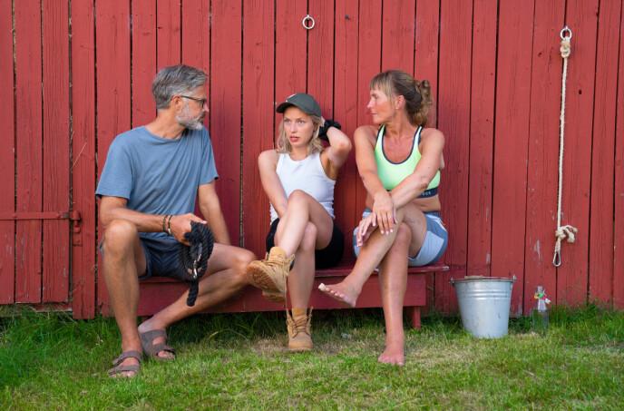 SATT UT: Thorvald Nyquist, Heidi Lereng og storbonde Grethe Enlid skjønte lite av førstekjempens oppførsel. Dette bildet er hentet fra en annen setting. Foto: Espen Solli / TV2
