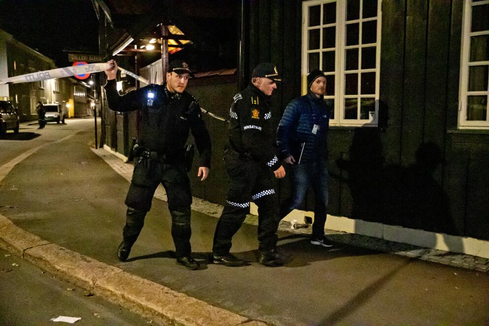 UNDERSØKER: Politiet har sperret av store deler av Kongsberg onsdag kveld. Foto: Bjørn Langsem / Dagbladet