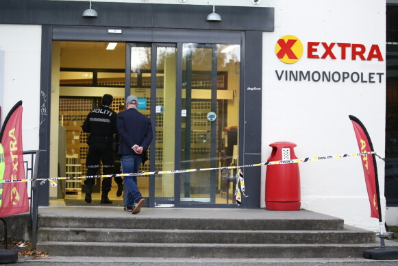 POLITISPERRING: Coop Extra i Kongsberg etter at fem personer ble drept og to skadd onsdag kveld. Foto: Bjørn Langsem/Dagbladet