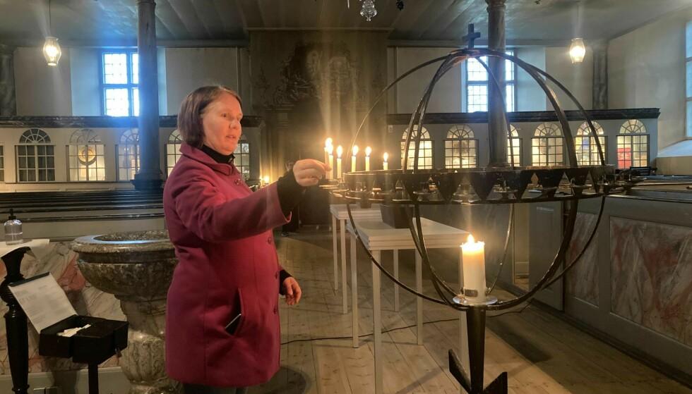 I KIRKA: Linda-Helena Gustafsson var blant dem som søkte trøst i kirka. Foto: Angelica Hagen / Dagbladet