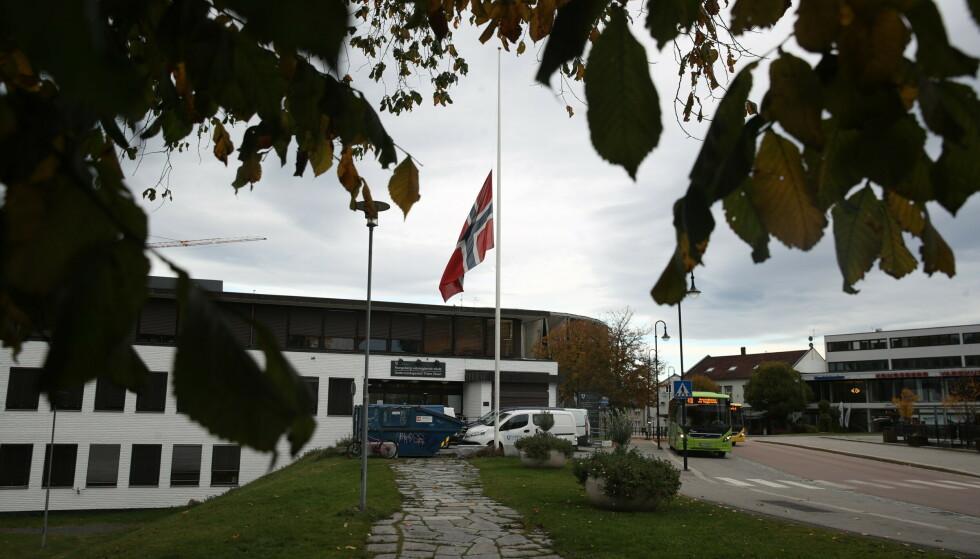 FLAGGES: Både ved videregående- og ungdomsskolen flagges det på halv stang torsdag. Foto: Bjørn Langsem / Dagbladet