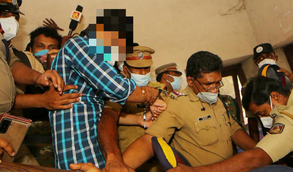 KAOS: Den drapsdømte mannen blir fraktet ut av rettslokalet i Kallam i Sør-India etter dommen. Foto: AFP