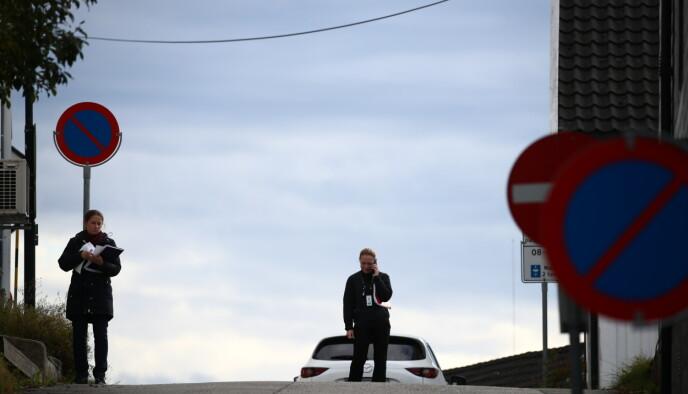 RUNDSPØRRING: Politiet drev rundspørring i området torsdag ettermiddag. Foto: Bjørn Langsem / Dagbladet