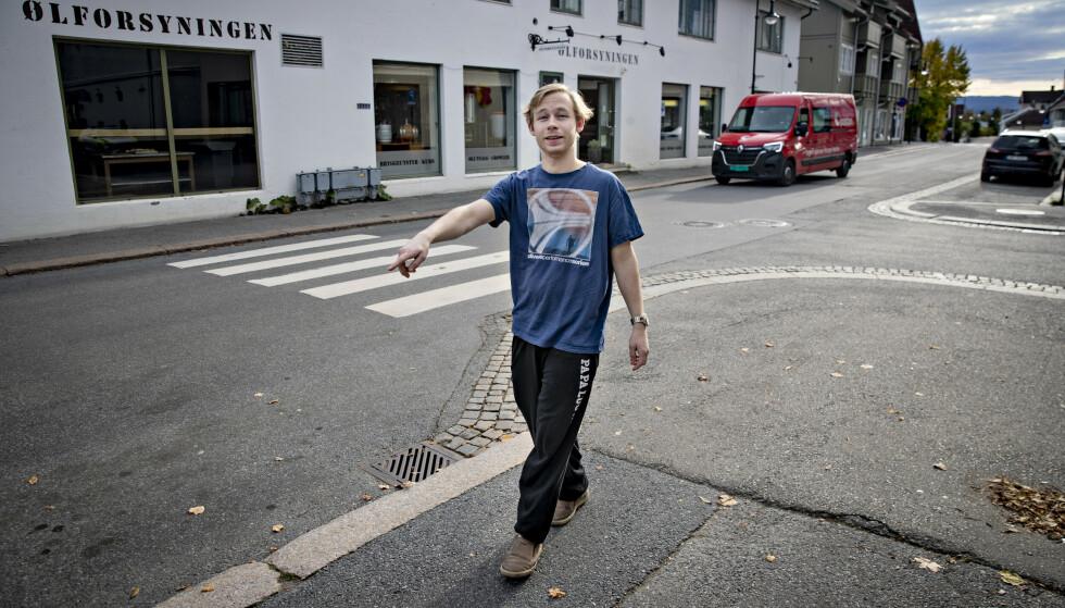 MØTTE SKADD MANN: Her møtte Markus Alexander Kultima den skadde mannen. Han bor selv i bygningen i bakgrunnen. Til venstre for ham ligger Coop-butikken. Foto: Bjørn Langsem / Dagbladet